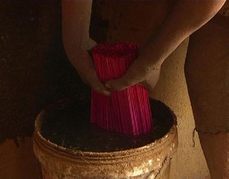 Tăm hương được tẩm vào axit photphoric để làm hương cong đẹp. Ảnh:VTC New.